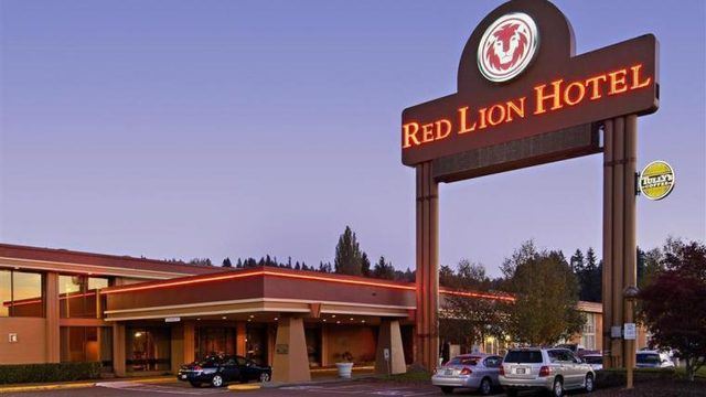 Kennewick Police searching for robbery suspects after woman lures man to Red Lion using social media